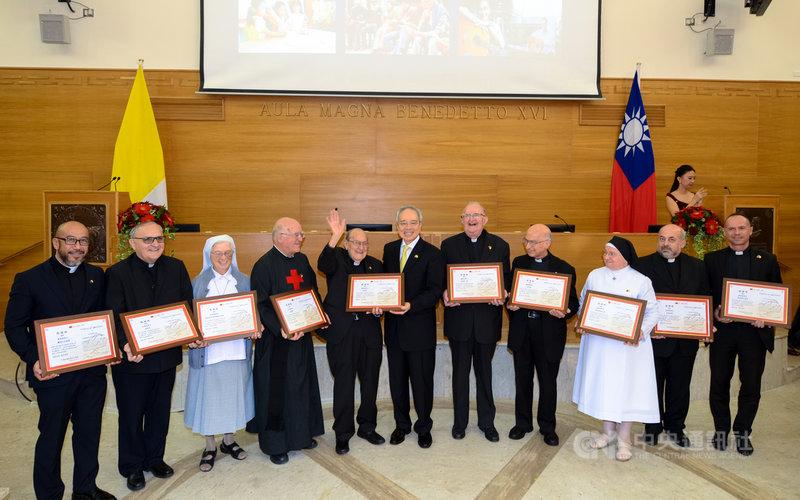 山樂曼(左2)2017年曾獲得駐教廷大使館頒贈感謝狀,感謝他對台灣多年的付出。(駐教廷大使館提供)中央社記者黃雅詩羅馬傳真 110年5月12日