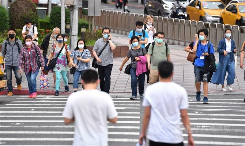 指揮中心專家小組諮詢委員李秉穎12日說,新北、宜蘭發生社區感染事件是一大危機,但台灣去年就發生10次社區感染事件,只要全民落實防疫,就能阻斷病毒傳播。圖為台北市街頭。(中央社檔案照片)