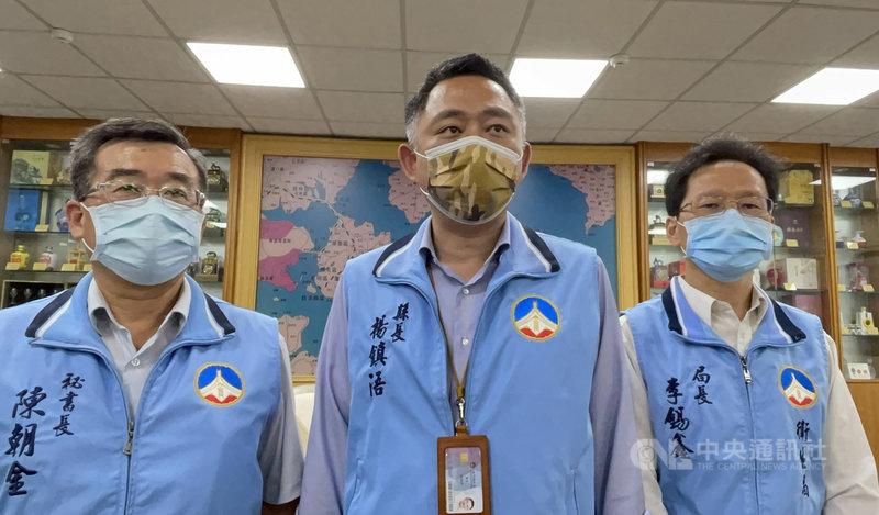 台灣社區出現感染源不明的本土病例,匡列的居家隔離者有2人11日赴金門旅遊,但2人一度失聯。金門縣長楊鎮浯(中)12日表示,失聯兩人讓相關單位花了很多人力及時間尋找,且過程中相關人員疑有妨礙疫調行為,已請衛生局就事實評估,若有惡意隱匿等情事,相關對象請從嚴、從重裁罰,以儆效尤。(金門縣政府提供)中央社 110年5月12日