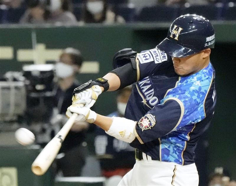 日本職棒火腿隊台灣好手王柏融12日先發打第5棒,2局下轟出陽春全壘打,本季首轟出爐。(共同社)