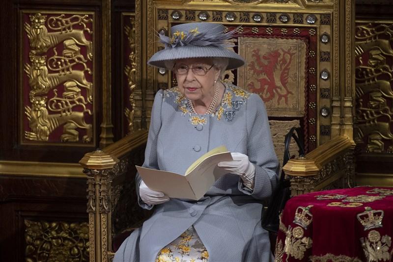 英國女王伊麗莎白二世(圖)11日主持國會開議大典,這是她自夫婿菲立普親王葬禮後首次公開露面。今年大典因疫情縮減規模,女王不像以往穿長袍與戴王冠,而是穿戴禮服及羽毛帽。(圖取自facebook.com/TheBritishMonarchy)