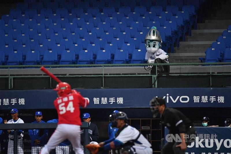 因應近期台灣疫情升溫,中華職棒5月12日宣布即起至6月8日賽事,將改採不開放觀眾進場的閉門比賽。圖為去年中職自辦熱身賽採閉門進行。(中央社檔案照片)