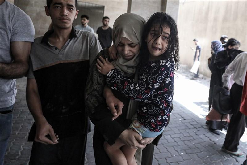 以巴衝突已釀成逾百人喪命。媒體指出,以色列已同意與控制加薩走廊的巴勒斯坦人組織哈瑪斯停火,將於21日凌晨2時開始生效。圖為11日以色列戰機在加薩進行空襲,巴勒斯坦人撤離。(安納杜魯新聞社)