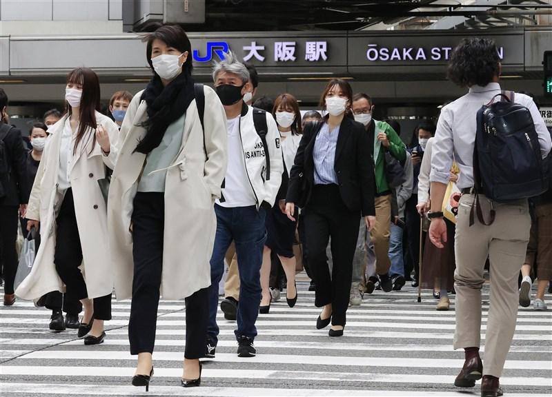 2019冠狀病毒疾病(COVID-19)疫情加劇,日本大阪11日增55人死亡創新高,醫療緊繃共18人院外去世;截至台灣12日上午7時,全球至少331萬1504人染疫病逝。(共同社)