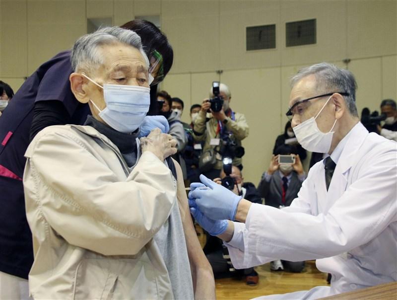 專家分析日本疫情居高不下的原因是疫苗接種率低、高齡人口多。圖為日本民眾接種疫苗。(共同社)
