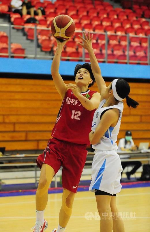 第16屆WSBL女子超級籃球聯賽,國泰人壽12日以91比68 擊敗台灣電力,其中國泰林育庭(左)繳出全隊最高17 分,助隊以12戰全勝之姿迎接冠軍賽。(中華民國籃球協會提供)中央社記者黃巧雯傳真  110年5月12日