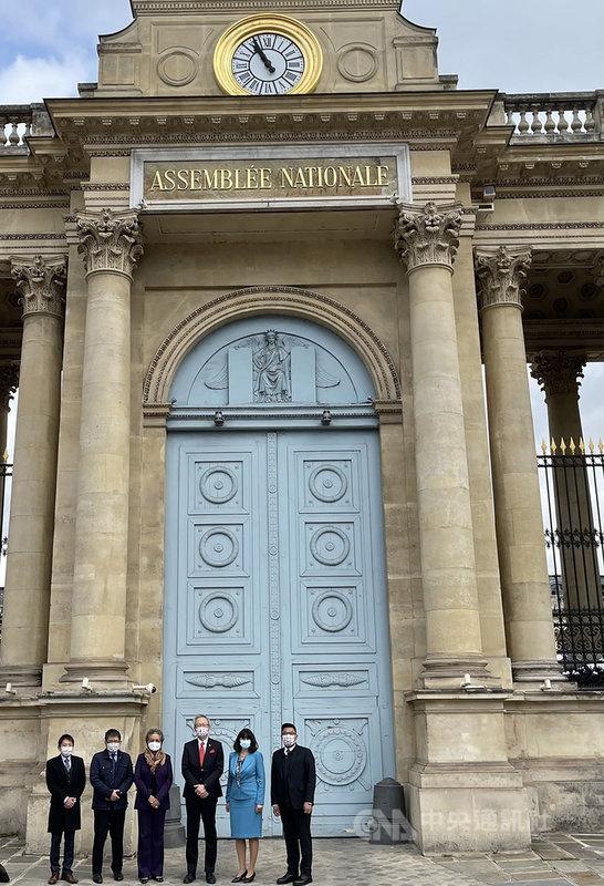 駐法代表吳志中(右3)受法國國民議會之邀,12日出席「印太區域國防機遇」諮詢小組聽證。吳志中和代表處同仁與會議主席米歇爾-巴薩(左3)及伊斯娜(右2)聽證會後合影。(駐法國代表處提供)中央社記者曾婷瑄巴黎傳真  110年5月12日