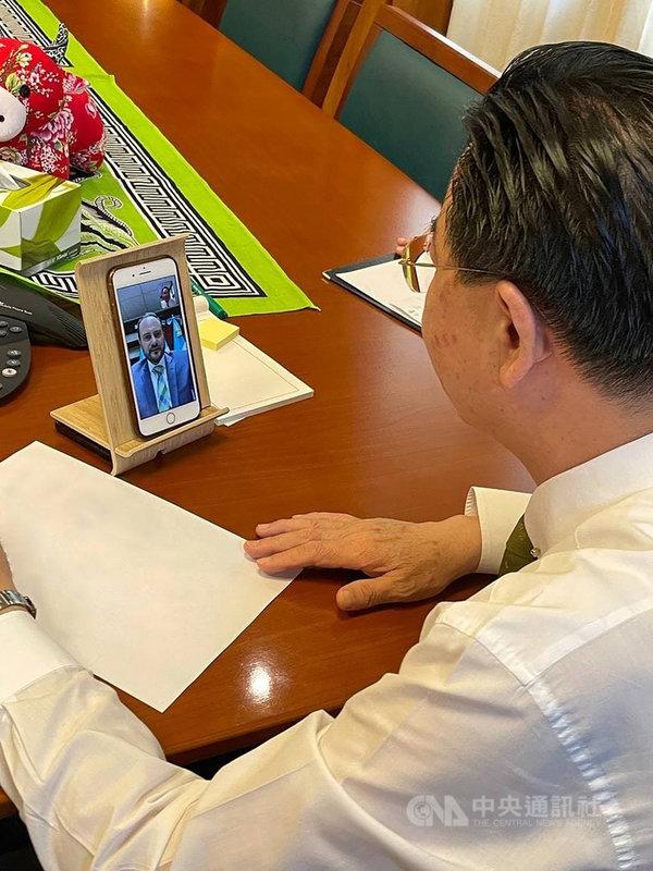 外交部長吳釗燮12日與友邦瓜地馬拉外長布羅洛視訊,雙方就疫情及相關合作事項等交換意見。(外交部提供)中央社記者鍾佑貞傳真 110年5月12日
