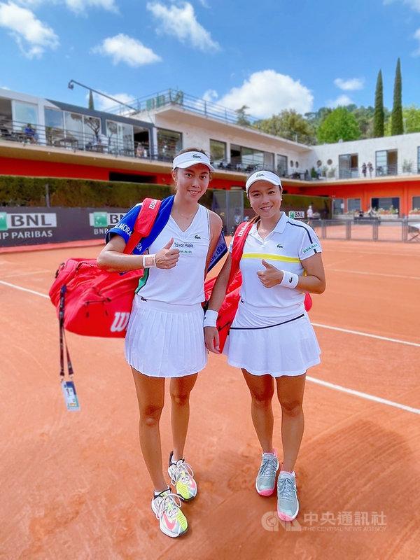 台灣網球雙打姊妹花詹詠然(右)、詹皓晴(左)12日在2021羅馬網球賽女雙16強賽,成功擊敗克羅埃西亞組合,挺進8強。(劉雪貞提供)中央社記者黃巧雯傳真 110年5月12日