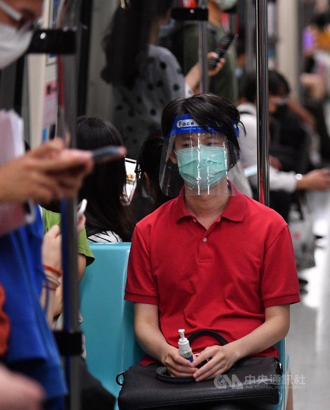 中央流行疫情指揮中心12日公布,國內新增16例本土武漢肺炎(2019冠狀病毒疾病,COVID-19)確定病例。下班尖峰時段,台北捷運乘客防疫措施比以往更嚴密。中央社記者王飛華攝 110年5月12日