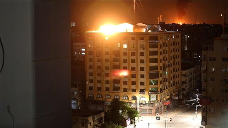 以巴暴力衝突升溫,至今已奪走56人性命、逾330人受傷。圖為以色列戰機12日空襲加薩市,現場火光四射。(安納杜魯新聞社)