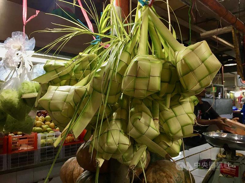 印尼粽Ketupat是將白米放入用椰子葉編織的粽囊後,在水中煮2至3小時而成。開齋節吃印尼粽代表洗去罪惡,承認並改正錯誤。中央社記者石秀娟雅加達攝 110年5月13日