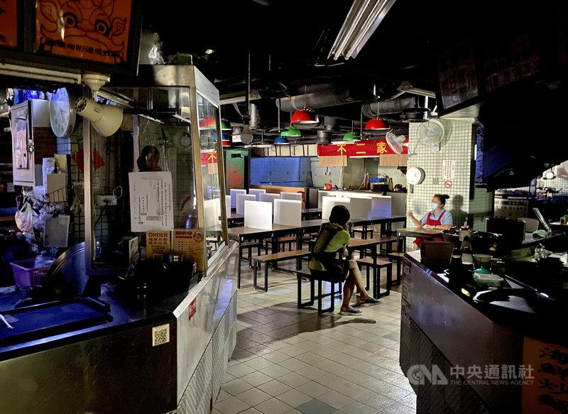 興達電廠13日因事故導致全廠停機,全台分區停電,台北市商家受到停電影響,暫停營業。中央社記者張皓安攝 110年5月13日