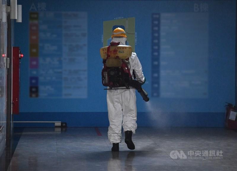 台北市聯合醫院13日通報2名住院病患確診為武漢肺炎。圖為聯合醫院工作人員晚間全副武裝進場消毒。中央社記者鄭清元攝 110年5月13日