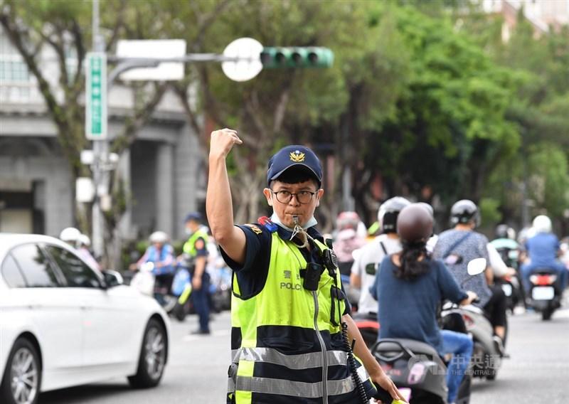 高雄興達電廠13日發生部分機組跳機意外,警政署已立即成立應變指揮所,警方會加派員警和義交協助疏導指揮。圖為午後台北街頭部分路段交通號誌運作停擺,交通警察出動指揮。中央社記者王飛華攝 110年5月13日