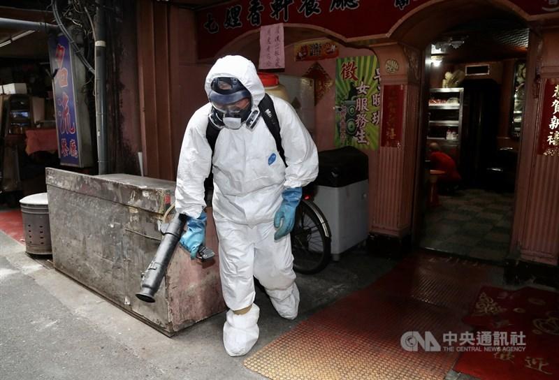 台北市萬華茶藝館爆發群聚感染事件,環保局13日前往萬華分局列管的172家清茶館、飲酒店,進行消毒作業。中央社記者張皓安攝 110年5月13日