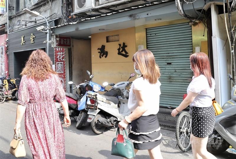 台北市12日下午舉行防疫記者會,副市長黃珊珊表示,接到指揮中心通報萬華「鴻達茶藝館」(圖)等2處茶室員工確診後,已啟動全區消毒。中央社記者張皓安攝 110年5月12日