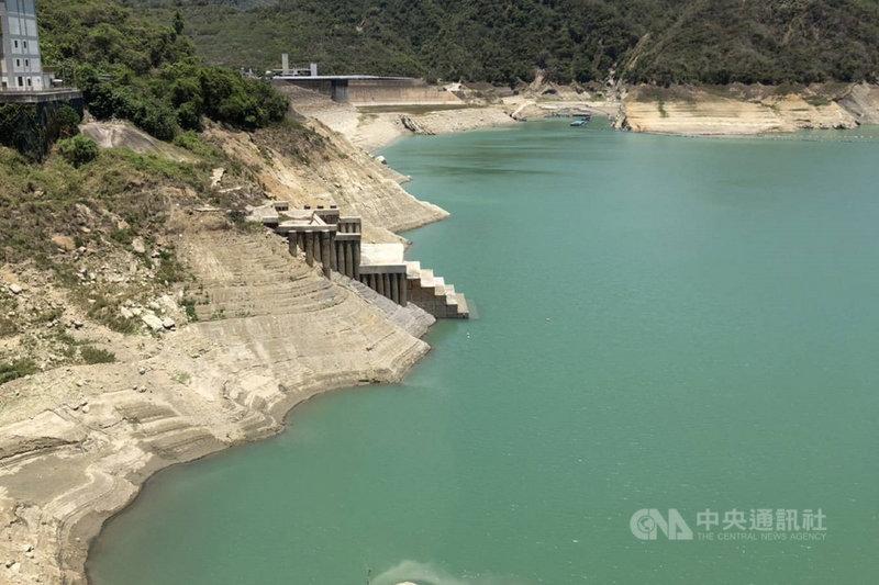 台南各主要水庫集水區近日仍沒有大規模降雨,加上連日高溫,水位持續下探,曾文水庫蓄水率已跌破6%。(南區水資源局提供)中央社記者楊思瑞台南傳真  110年5月13日
