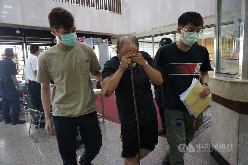 45歲越南籍黎姓女子在台北市中山區租屋處遭殺害,警方循線逮捕涉案的外送員36歲潘姓男子(前中),移送北檢偵辦。檢察官13日訊後認定潘男涉犯殺人罪犯嫌重大,向法院聲押。中央社記者林長順攝  110年5月13日