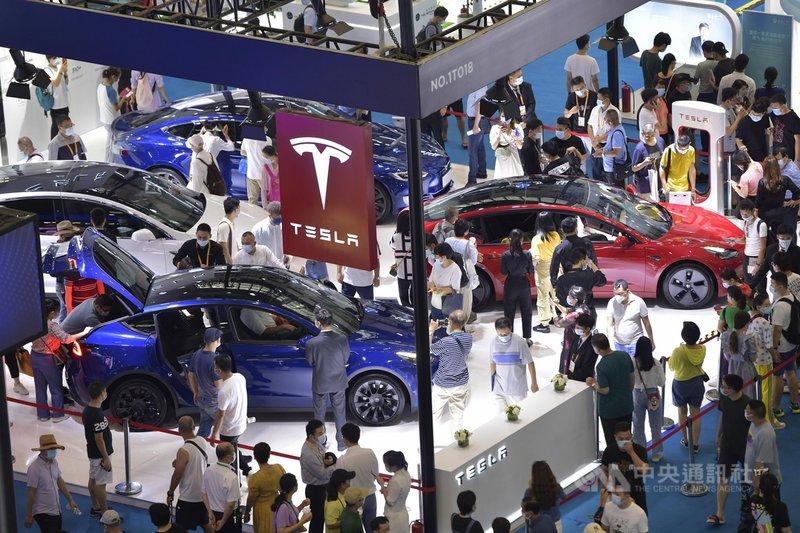 中國國家網信辦12日提出行車數據資安管理規定,並對外徵求意見。電動車龍頭特斯拉在第一時間表示支持,並呼籲各界積極提供建言。圖為6日至10日舉行的首屆中國國際消費品博覽會上,特斯拉的參展攤位。(中新社提供)中央社  110年5月13日