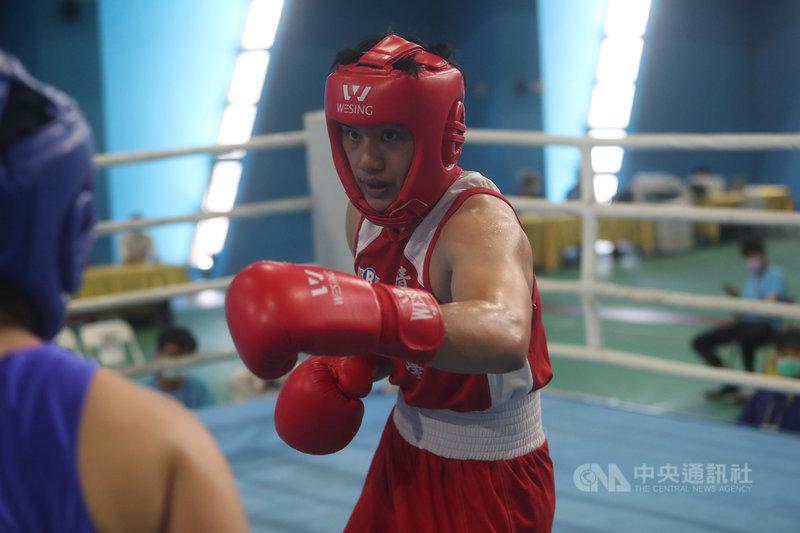110年全國大專校院運動會拳擊賽程13日進行公開女生組第8量級決賽,代表清華大學出賽的陳念琴順利擊敗對手奪冠。中央社記者吳家昇攝  110年5月13日