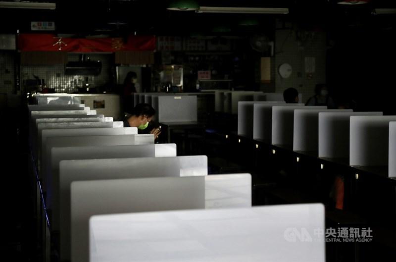 高雄興達電廠4組機組跳脫,造成全台大停電,台北市部分商家受到停電影響,店內一片漆黑,暫停營業。中央社記者張皓安攝 110年5月13日