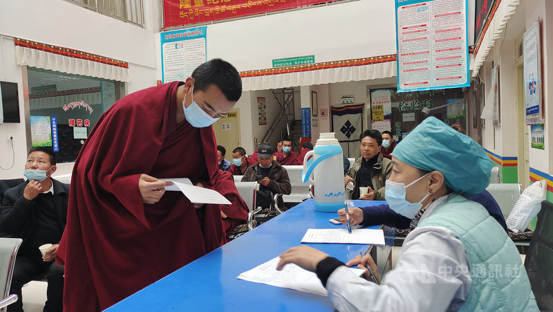 中國防疫專家鍾南山13日說,如果群體COVID-19疫苗接種越快,新增變種病毒株越少。圖為中國正加快施打疫苗,西藏大昭寺僧人今天集體接種。(中新社提供)中央社 110年5月13日