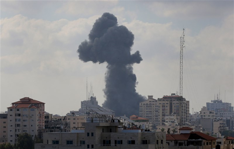 以色列軍隊13日在加薩邊界集結,似將展開地面作戰。圖為13日以色列戰機空襲加薩。(安納杜魯新聞社)
