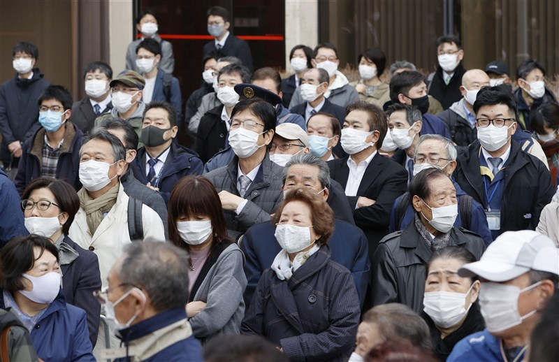 日本北海道連2天確診數創新高,疫情呈現爆發性擴大趨勢,擬向中央政府申請納入緊急事態宣言。圖為4月25日札幌民眾聚集等待眾議員補選結果公布。(共同社)
