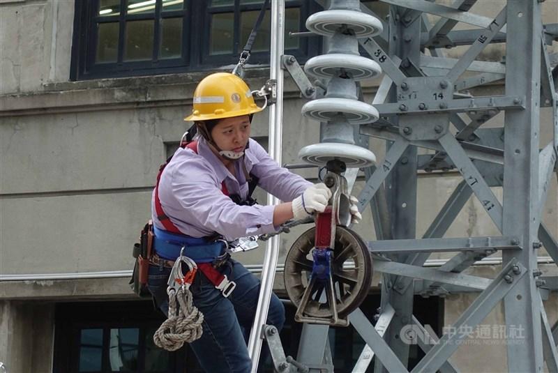 台電公司13日表示,高雄市路竹路北超高壓變電所匯流排故障,全台從下午3時起採分區輪流供電,同時緊急搶修設備。(中央社檔案照片)