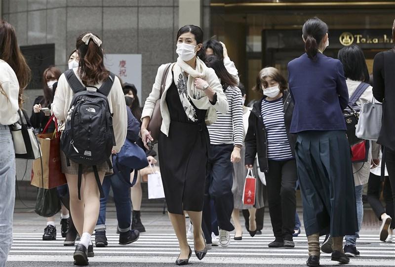 日本全境12日新增武漢肺炎確診7058例,北海道、福岡、愛知等多地新增病例創新高。圖為12日京都街頭。(共同社)