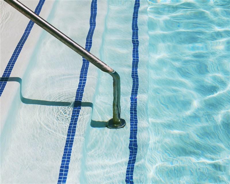 因應水情嚴峻,桃園市長鄭文燦13日宣布,市內公立游泳池暫停營業到6月8日,學校也停止游泳教學。(示意圖/圖取自Unsplash圖庫)