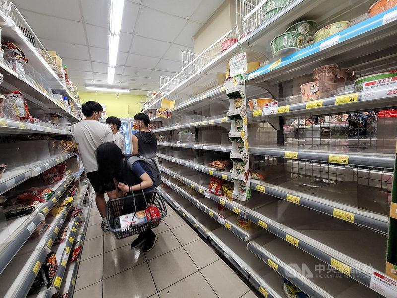 國內武漢肺炎疫情急遽升溫,14日再添29例本土個案,不少超市賣場都出現採購人潮,一家超市的泡麵貨架上,產品快被掃購一空。中央社記者鄭清元攝 110年5月14日