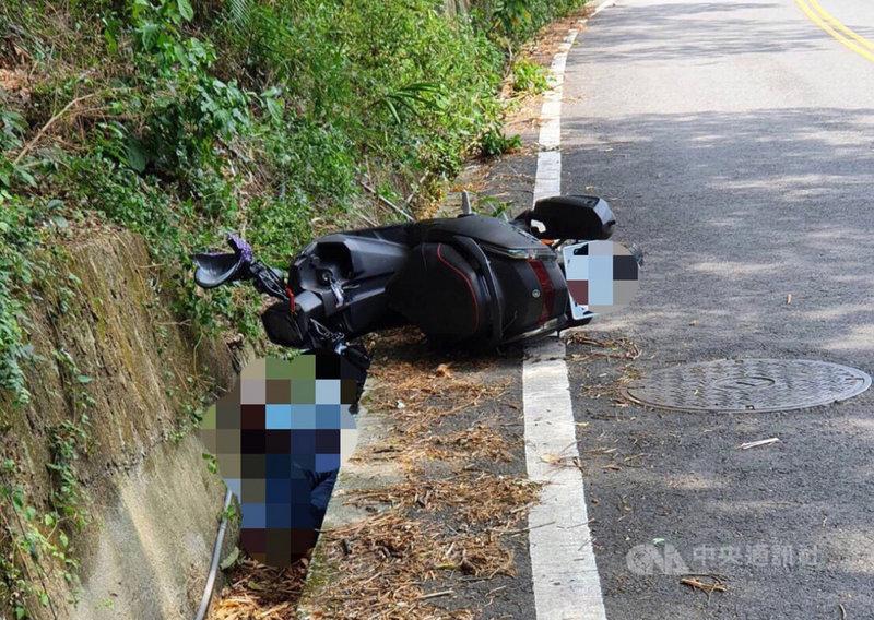 33歲越南籍阮姓女子胸前背著1歲女嬰,14日中午騎機車行經台中市和平區東崎路段,不慎摔落路邊水溝,送醫急救後2人仍不治。(民眾提供)中央社記者趙麗妍傳真 110年5月14日
