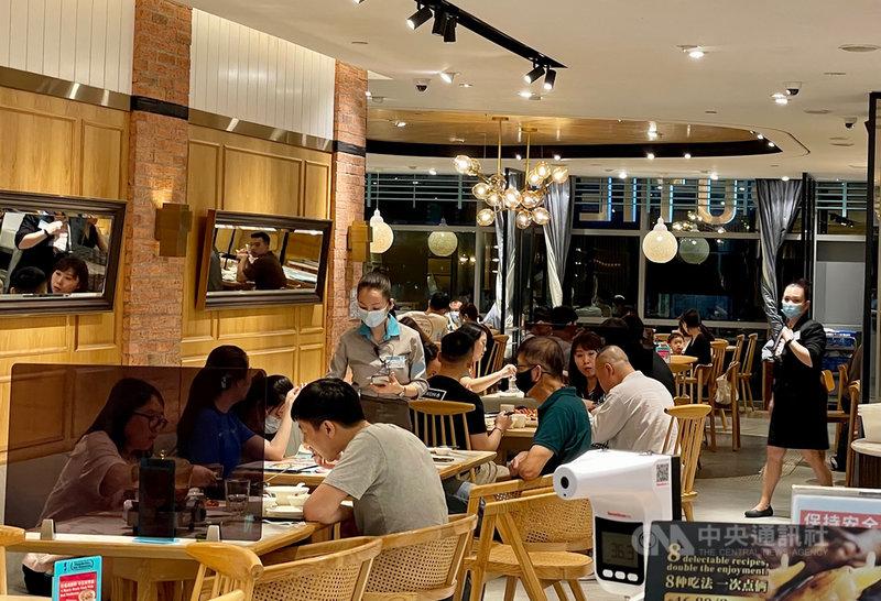 新加坡實龍崗地鐵站附近一家商場餐廳內用人潮。中央社記者侯姿瑩新加坡攝  110年5月14日