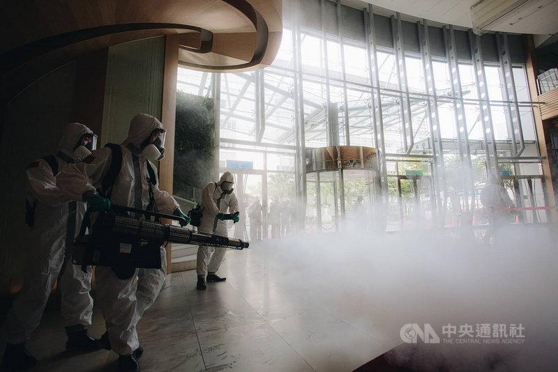 華航諾富特飯店日前發生染疫案,國軍33化學兵群14日針對大廳進行消毒。(軍聞社提供)中央社記者鍾佑貞傳真 110年5月14日