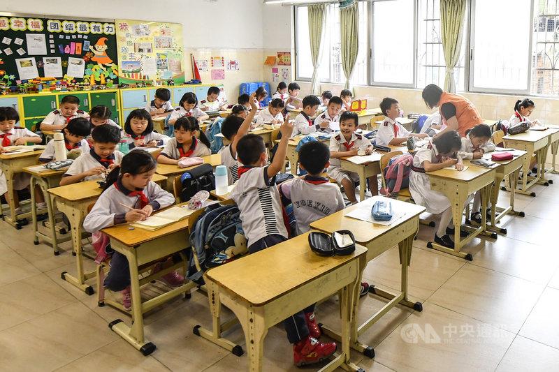 外媒報導,中國將提出新的課後輔導監管規定,藉此降低學生壓力,同時盼減輕家長負擔以提高生育率。草案可能在6月公布。圖為廣州一所小學推行課後輔導的情形。(中新社提供)中央社 110年5月14日