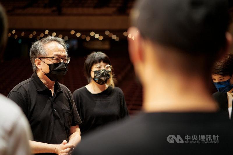疫情升溫,NSO國家交響樂團原訂14日在國家音樂廳舉行的「樂無界教育計畫–呂紹嘉大師班音樂會」線上直播宣布取消。指揮呂紹嘉(左)說,他自己也很期待這場音樂會,但顯然疫情嚴峻,安全至上,「指揮這個行當,磨練心志也是指揮很重要的功課。」(NSO國家交響樂團提供)中央社記者趙靜瑜傳真 110年5月14日
