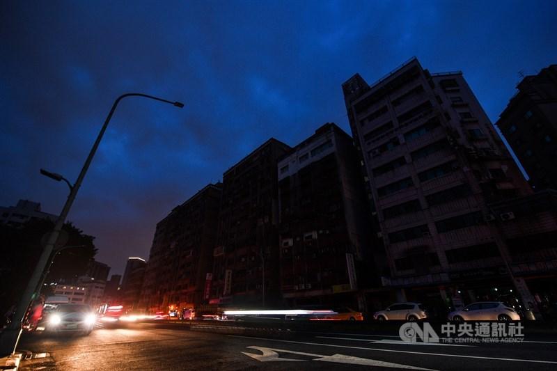 513大停電,台電表示,415萬受影響戶下期電費打95折。總計台電賠償金額高達新台幣4.7億元。圖為台北市萬華區南寧路13日停電。(中央社檔案照片)