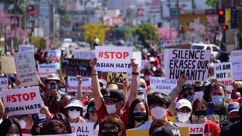 攻擊亞裔案件在全美各地延燒,亞特蘭大槍擊案之後,全美各地亞裔人士集結示威。圖為3月洛杉磯亞裔上街示威。(中央社檔案照片)
