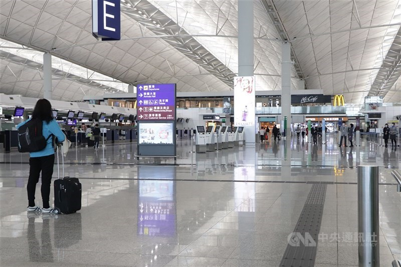 繼澳門之後,香港當局也要求所有曾在台灣停留的抵港人士須在指定酒店強制檢疫14天。圖為香港國際機場。(中央社檔案照片)