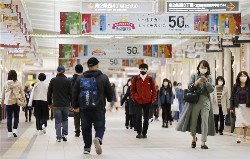 日本境內2019冠狀病毒疾病疫情嚴峻,日本政府決定將北海道等3道縣納入適用「緊急事態宣言」,讓緊急事態地區從6都府縣擴及9都道府縣。圖為札幌地下街14日人潮。(共同社)