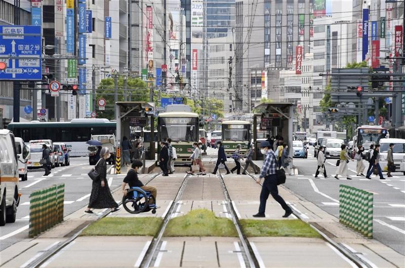 疫情嚴峻,日本政府決定從16日起將廣島縣等3道縣納入適用「緊急事態宣言」。圖為廣島市街景。(共同社)