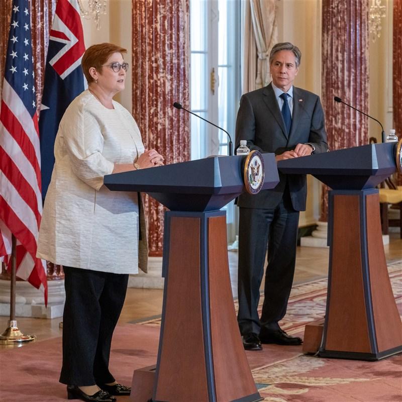 美國國務卿布林肯(右)13日在國務院與來訪的澳洲外長潘恩進行雙邊會談。(圖取自twitter.com/SecBlinken)