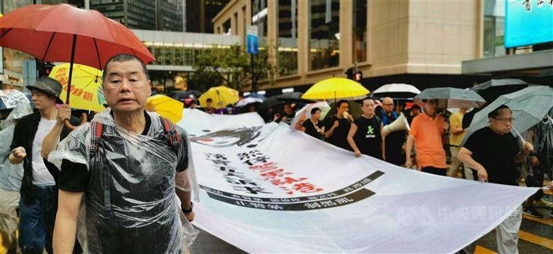 港媒報導,香港保安局14日依港區國安法規定,凍結壹傳媒集團創辦人黎智英(前左)持有的壹傳媒7成股份等財產。圖為2019年8月黎智英參加反送中集會。(中央社檔案照片)