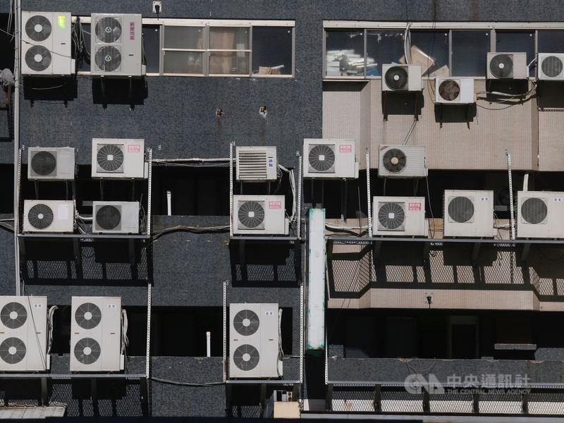 用電吃緊,台電預估18日備轉容量率只有7.4%。(中央社檔案照片)