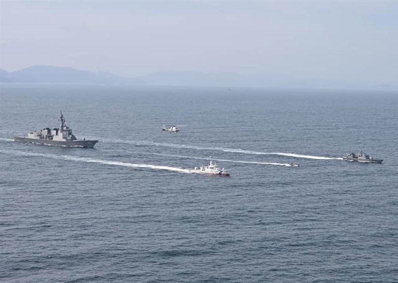 日本2021年版防衛白皮書草案內容首度明載台灣局勢的穩定對日本的安全保障相當重要。圖為日本海上自衛隊4月22日演習情形。(圖取自facebook.com/mod.japn)