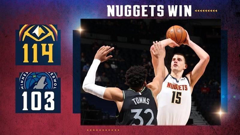 NBA丹佛金塊約基奇(右)13日助球隊以114比103擊敗明尼蘇達灰狼。(圖取自twitter.com/nuggets)