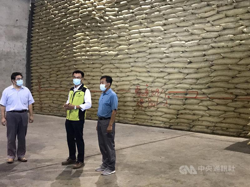 農委會主委陳吉仲(右2)15日到台中霧峰農會視察包裝米倉庫時表示,目前國內白米供應量沒有缺乏問題,霧峰農會有2000公噸公糧存量,全台各地共有70多萬公噸存量,而且一期稻作也在採收了,足以供應未來7個月的消費需求。(農糧署中區分署提供)中央社記者郝雪卿傳真  110年5月15日
