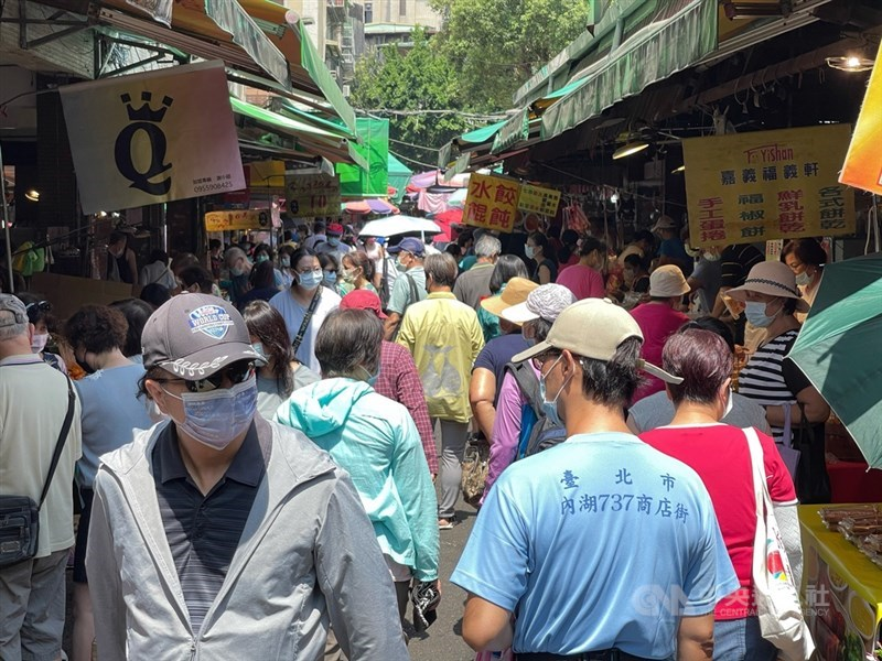 武漢肺炎疫情嚴峻,台北市內湖傳統市場15日上午出現採買人潮,市場民眾配合防疫都戴上口罩。中央社記者王飛華攝 110年5月15日